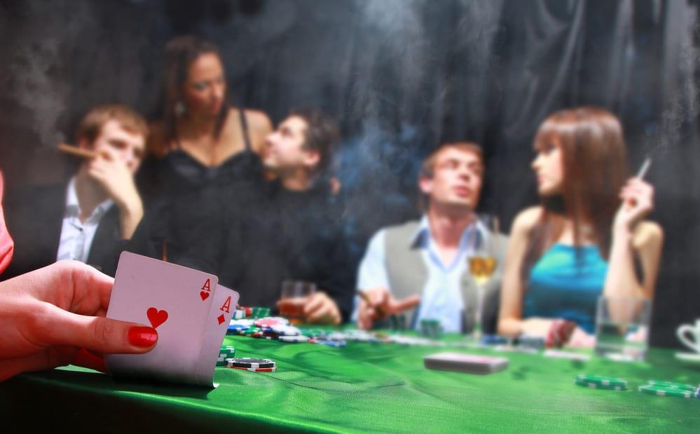 Gruppe af pokerspillere hygger