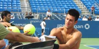 Novak Djokovic skriver autografer